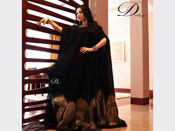 صور ميساء مغربي وهي تعرض مجموعة من العباءات الخليجية السوداء بطريقة راقية 2014