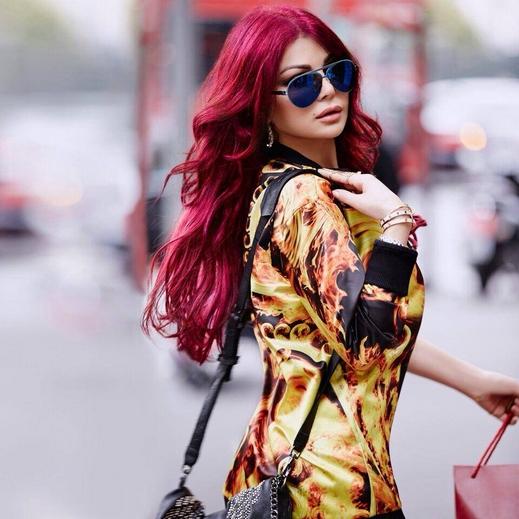صور ملكة جمال الكون هيفا وهبي وهي تتمختر في شوارع لبنان واستعرضت شعرها الاحمر 2014