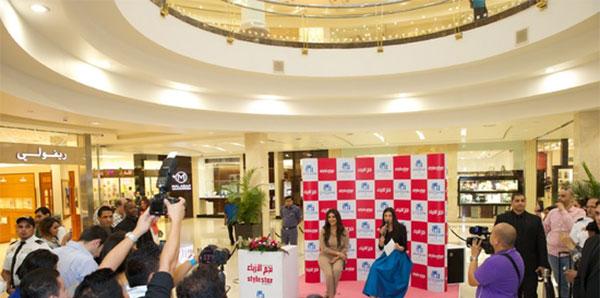 صور شذى حسون حيث ارتدت بدلة بيج أنيقة وبسيطة مع معجبيها في ديرة سيتي سنتر 2014