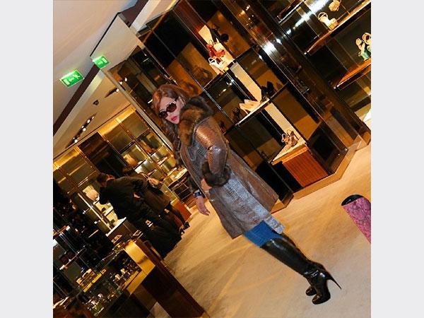 صور المطربة الإماراتية أحلام فى باريس وهي تختار بين الحقائب والأحذية و الملابس 2014