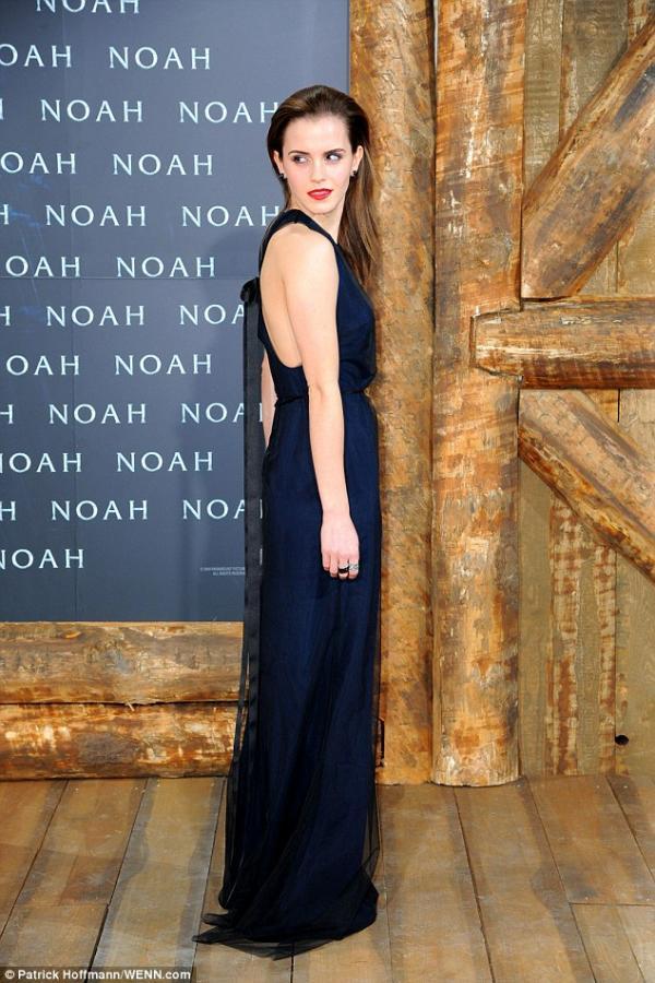 صور إيما واتسون العرض الأول لفيلمها Noah في برلين وتألقت إيما بفستان كحلي من Wes Gordon