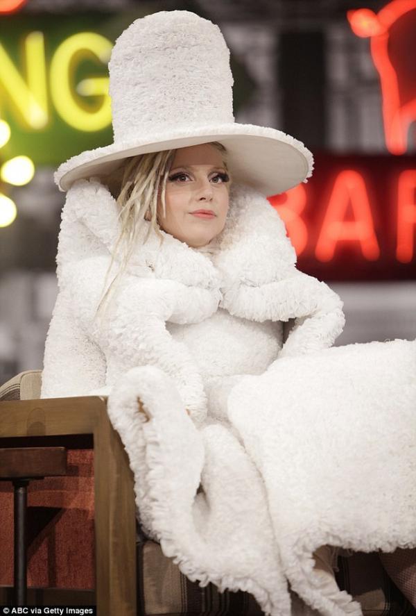 صور ليدي غاغا ارتدت تصميماً مصنوعاً من مرشحات القهوة في برنامج Jimmy Kimmel Live 2014