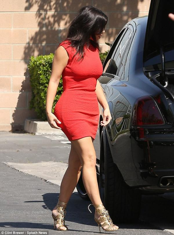 صورا كيم كارداشيان في لوس أنجلوس ع بفستان أحمر من Alexander McQueen 2014