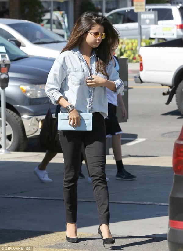 صورا سيلينا غوميز في هوليوود بالقميص الجينز والسروال الأسود وكانت متوجهة لتناول الغداء