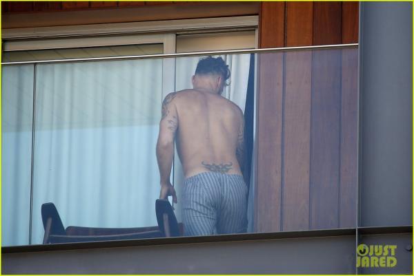صور ريكي مارتن في ريو دي جينيرو يقف على شرفة الفندق يرتدي البوكسر فقط ويستعرض الوشوم العديدة