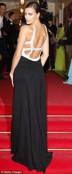 صور ايرينا شايك ارتدت فستانا من اللونين الأسود والأبيض في حفل توزيع جوائر Gala Spa A