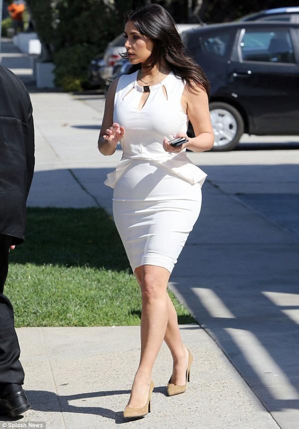 استعرض نجمة تلفزيون الواقع كيم كارداشيان لوكها الجديد في هوليوود بفستان ابيض ضيق