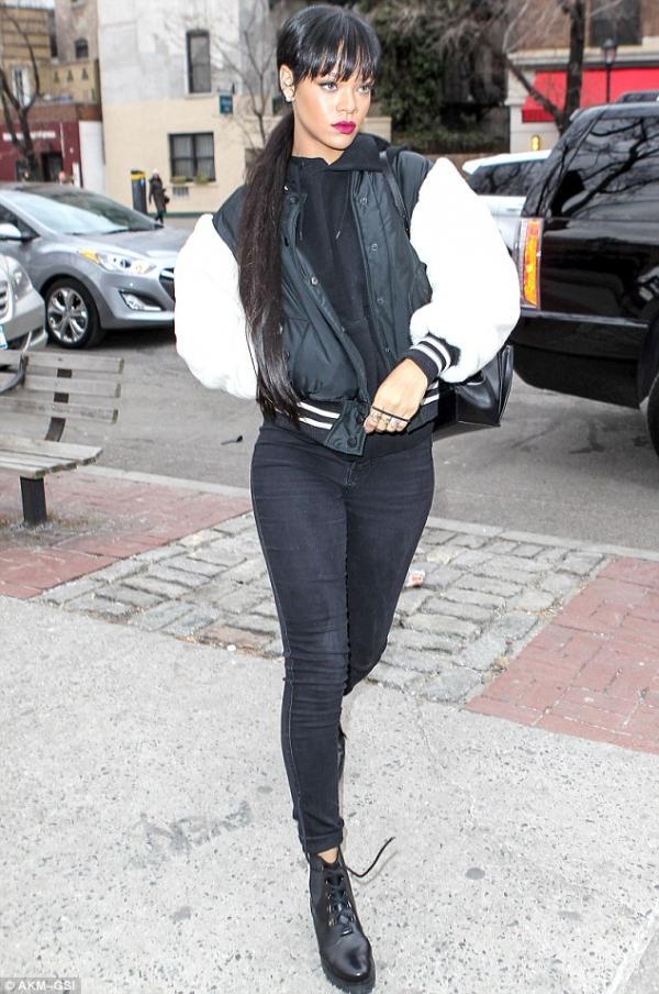 صورا ريانا في نيويورك وتوجهت ريانا لتناول العشاء برفقة أصدقائهاو أضافت الشعر المستعار الطويل