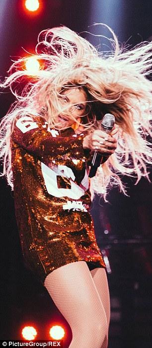 صور بيونسيه في حفل ضمن جولتها العالمية Mrs. Carter وتألقت خلاله بفستان قصير مزين بالباييت 201