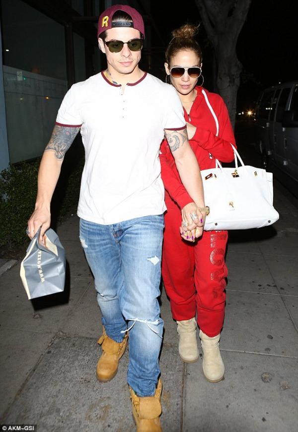 صورا جينيفر لوبيز في لوس انجلوس وكانت برفقة حبيبها يشتريان الطعام من المطعم الإيطالي Osteria