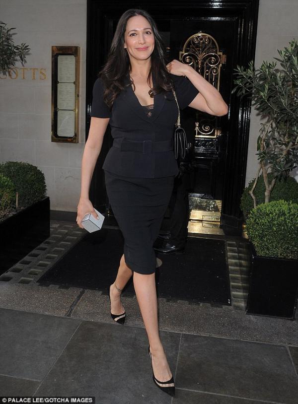 صورا سايمون كاول في لندن برفقة حبيبته لورين سيلفرمان يغادران مطعم مايفير 2014