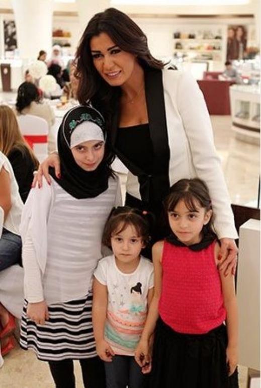 صور نادين الراسي مع مجموعة كبيرة من معجبيها احتفالا بعيد الأم 2014