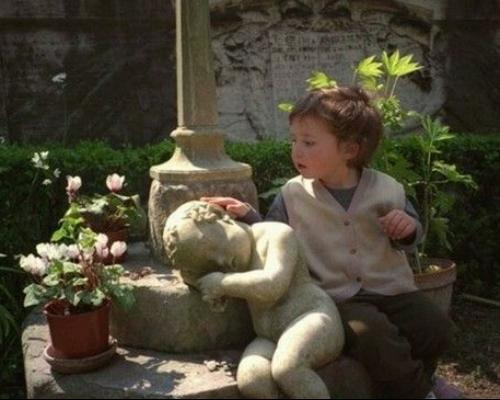 حركات عفوية للاطفال مضحكة جدا , براءة الاطفال مع هذه التماثيل