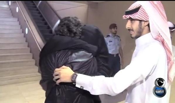 صور لقاء ام مسفر مع ابنها بعد عودته من سوريا في برنامج الثامنة مع داود الشريان 28-6-1435