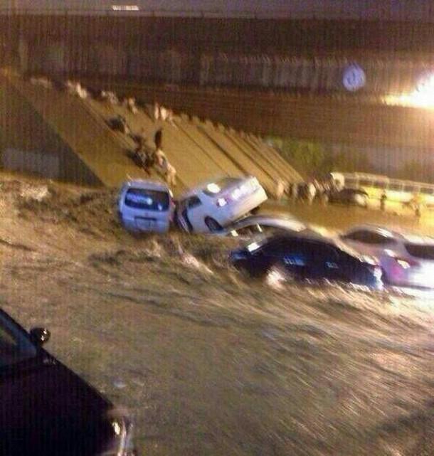 بالصور امطار وسيول مكة اليوم الجمعة 11-7-1435 , احتجاز مركبات خسائر امطار وسيول مكة المكرمة
