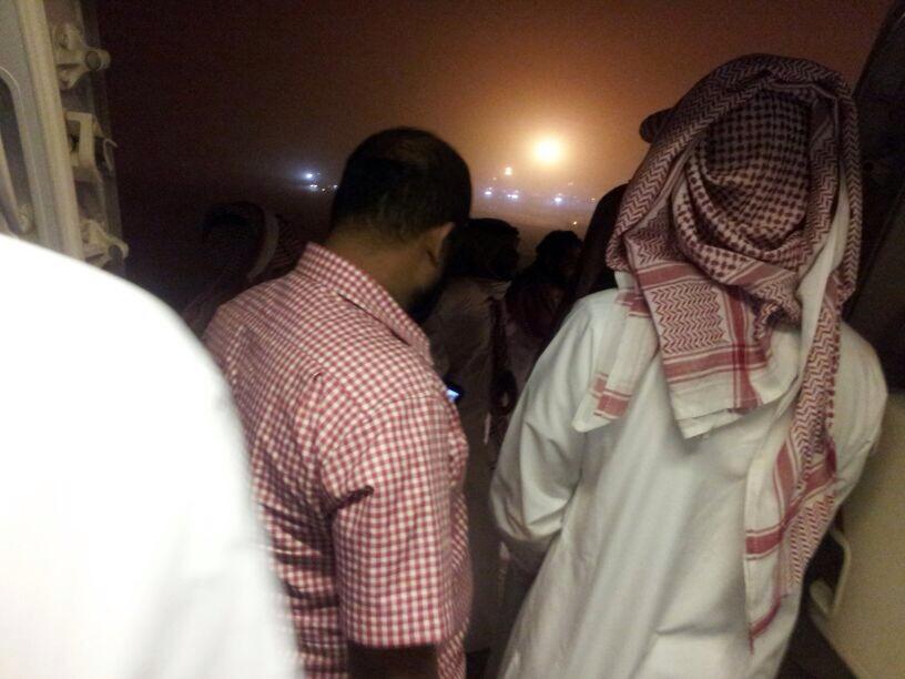 صور ركاب السعودية يرفضون النزول من الطائرة بسبب تأجيل رحلتهم اليوم 1435