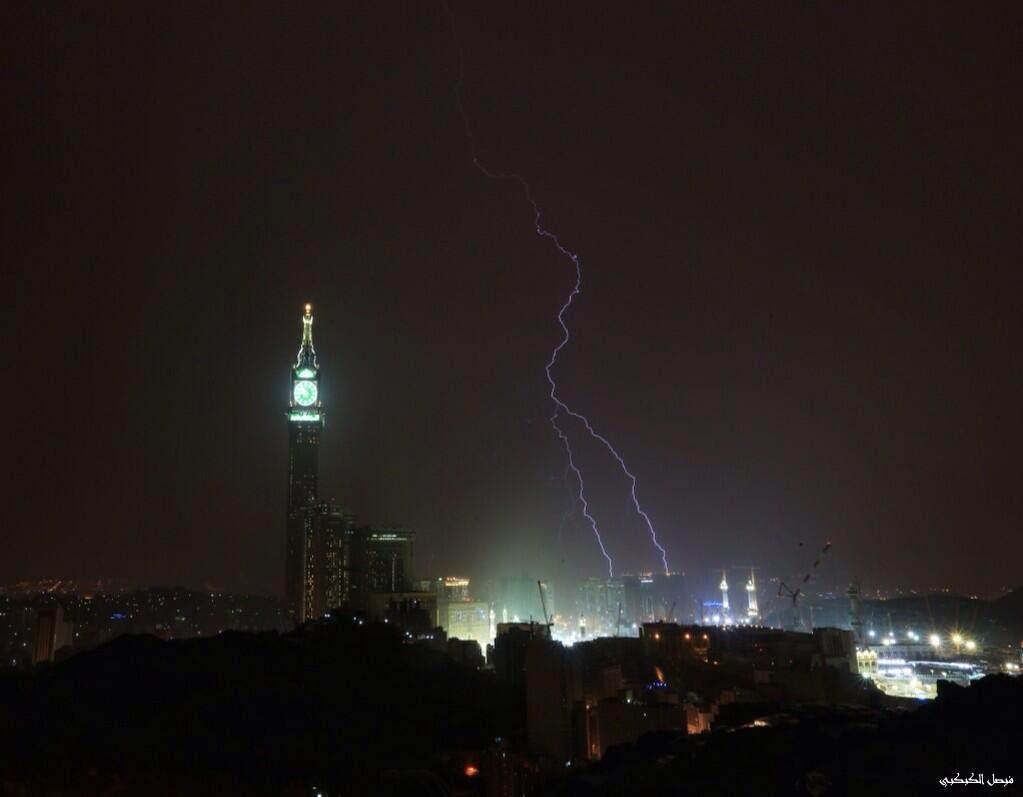 بالفيديو صواعق قوية تضرب برج الساعة بمكة 1435 , انقطاع الكهرباء على برج الساعة وتقطع التيار عنه