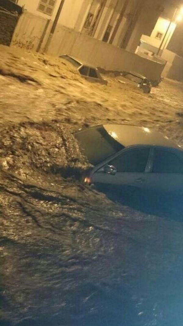 فيديو سيول مكة المكرمة اليوم 1435 , شاهد بالفيديو احتجازات وغرق السيارات في سيول مكة المكرمة