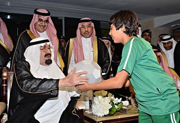 صور الطفل الطائر , صور فيصل الغامدي , صور الطفل مع الملك عبد الله في افتتاح ملعب الجوهرة