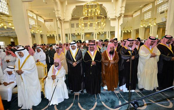أخبار صحيفة اليوم اليوم الاربعاء 29-7-1435 , الأمير مقرن بن عبدالعزيز يؤدي الصلاة على الفقيد الخويطر