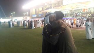 صور طالب بكلية الملك فهد الأمنية يقبل قدمي والده فى حفل التخريج كلية الملك فهد الأمنية