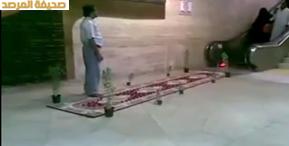 بالفيديو استقبال وافد يمني والدته بفرشه السجاد الأحمر في مطار الملك خالد الدولي بالرياض
