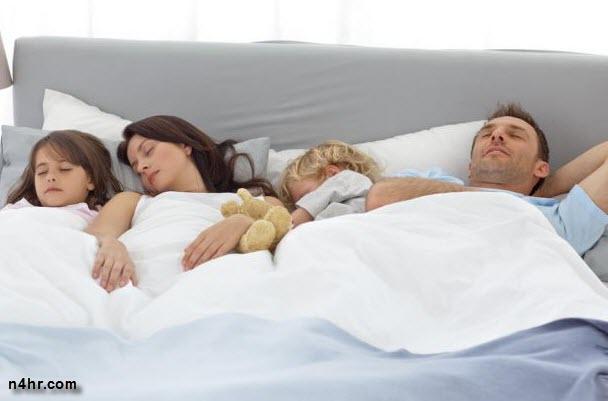 خطورة نوم الطفل مع والديه