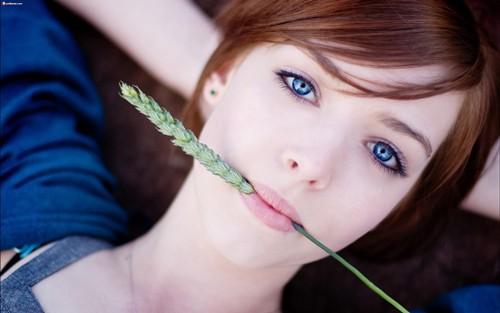 أجمل الصور المكتوب عليها كلمات عن الايام والنسيان والفتاة سمراء اللون