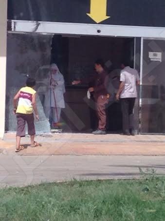 صور اقتحام سيدة بوابة مستشفى الملك خالد بالخرج لإنقاذ والدها