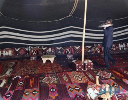 صور مواطن ثري ينصب خيمة أمام فندق استأجره بالكامل في تركيا