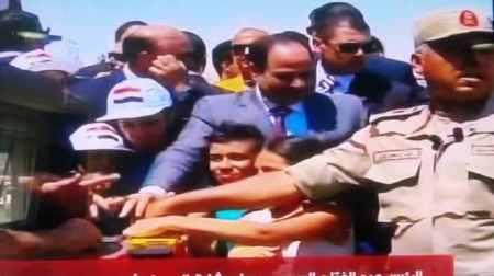 صور لحظة تفجير السيسي والاطفال الحاجز الترابي لأنطلاق مشروع حفر قناة السويس الجديدة