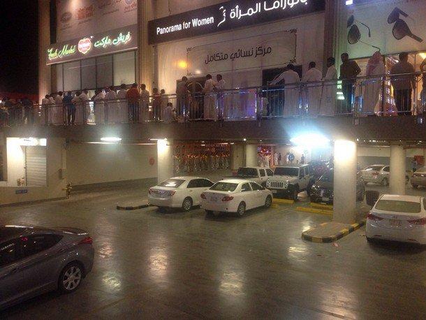 صور طوابير مزدحمة أمام مراكز بيع أجهزة آي فون ٦ في السعودية 1435