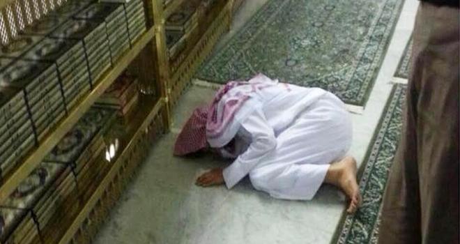صور وفاة رجل وهو ساجد بالحرم أثناء صلاة الفجر 2015