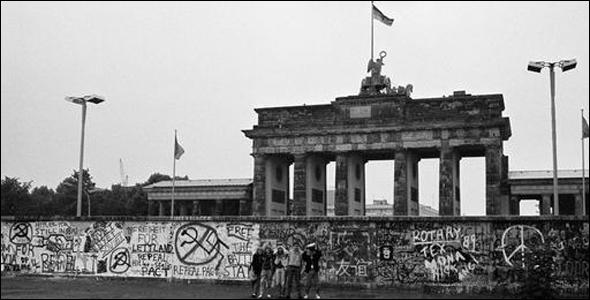 جدار برلين جوجل يحتفل بذكرى مرور ربع قرن 25 عام على إنهيار الجدار