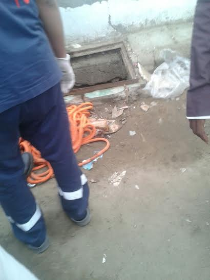 صور انتشال جثة طالب سقط في حفرة صرف بجدة