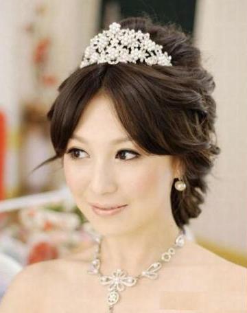 صور تيجان و تسريحات شعر للزفاف , صور تسريحات شعر بالتاج للعروسة 2015