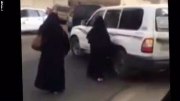 سيارة تابعة للأمر بالمعروف توقف سيارة فتيات وتعتقل السائق