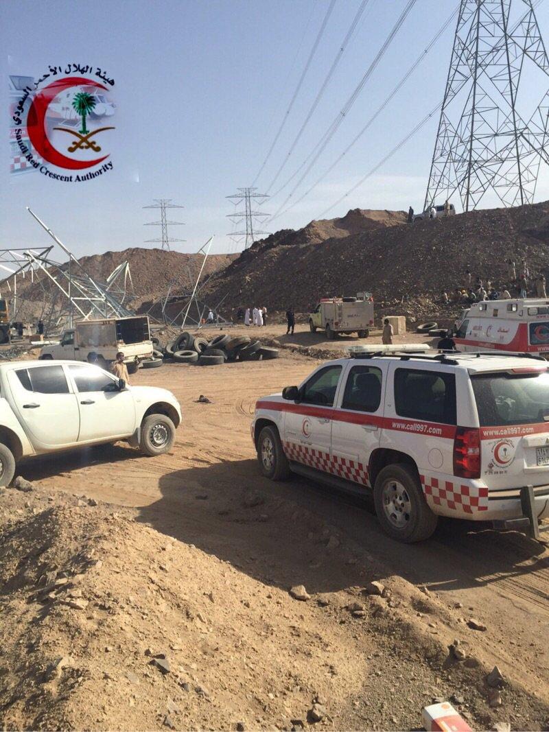 صور وتفاصيل سقوط برج كهرباء على عمالة طريق القصيم