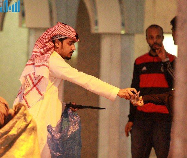 صور سلاح أبيض ومناظير رصد ليلية تُباع في وسط جدة