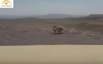 فيديو وصور ضابط لواء سعودي يهاجم الحوثيين بسلاح رشاش بالحد الجنوبي