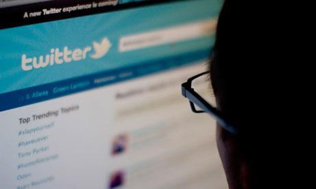 شرح إسكات تغريدات المستخدمين دون التوقف عن تتبعهم