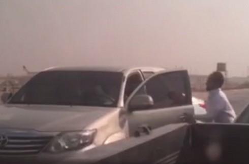 فيديو شاب يضرب سائق مركبة بساطور