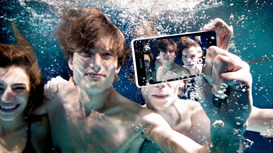 تحذير سوني لا تستخدموا هواتفكم تحت الماء