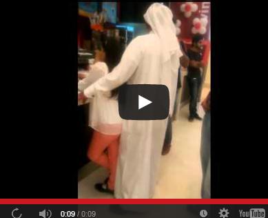 يوتيوب تحرش بطفلة 2015 - صور رجل يتحرش بطفلة في مطعم