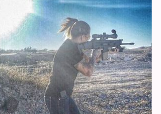 صور بنات تحمل سلاح , صور بنات ماسكة سلاح , صور بنت تحمل كلشن