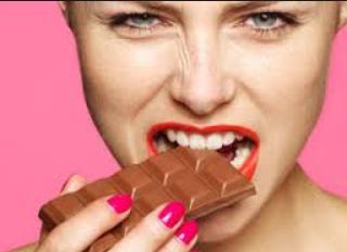 صور بنت تاكل شوكولاتة 2016 , اجمل صور بنات بتاكل شوكولاتة 2016 , صور احلي بنات 2017