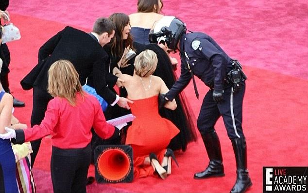 فيديو سقوط الممثلة جنيفر لورانس على الأرض أثناء حفل في اسبانيا