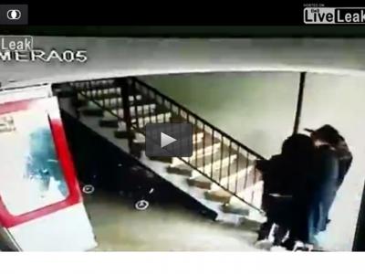 فيديو صادم رجل دين يهودي يعتدي جنسياً على فتاة صغيرة أمام أمها