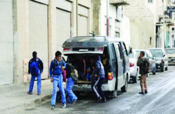 ضبط باص كيا بستا ينقل طلاب في إربد لن تصدق كم بلغ عددهم