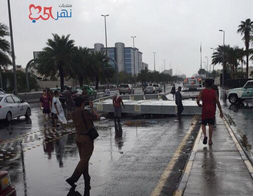 صور سقوط لوحة إعلانية ضخمة على طريق المدينة المنورة بسبب الامطار